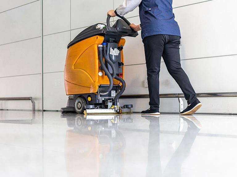 Mycie podłogi odkurzaczem przemysłowym